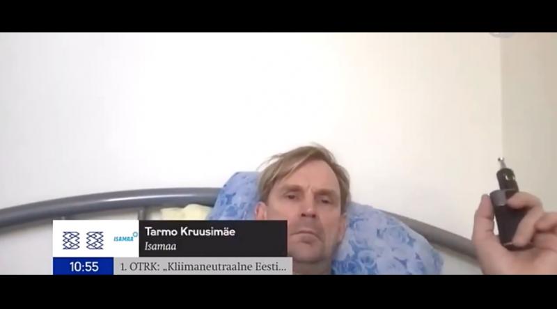 Cigizgetve, ágyban fekve jelentkezett be a parlamenti ülésbe a képviselő – videó