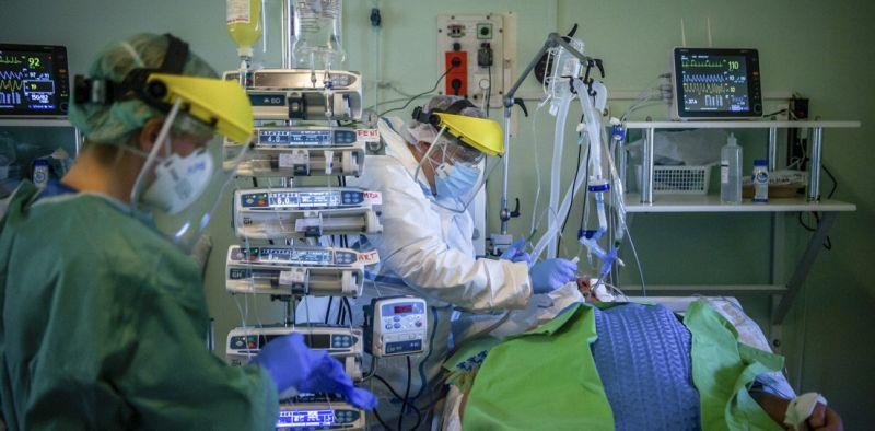 """""""A lélegeztetett betegek több mint 80 százaléka meghal"""" – az OKF-vezető szerint ezért ilyen magas a szám"""
