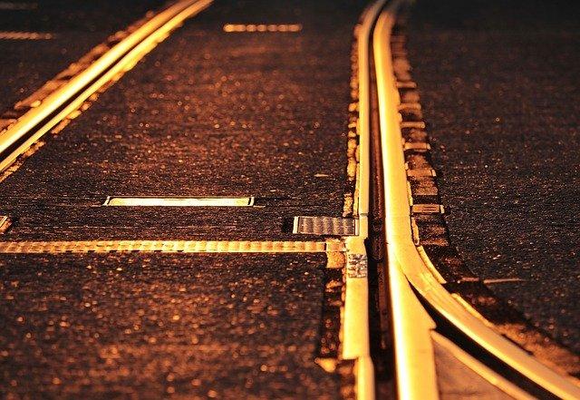 A vonat elé akart ugrani egy 28 éves férfi, a rendőrök mentették meg