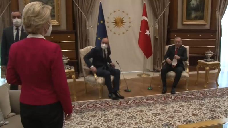 Napi suttyóság: a Bizottság elnökét egy sámlira is ültethették volna ezzel az erővel Ankarában – videó