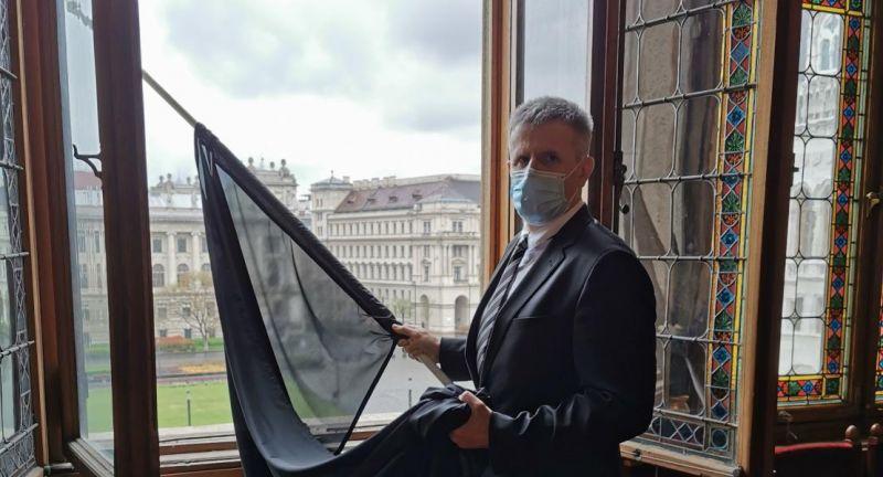 Kikerült a fekete zászló a Parlament épületére