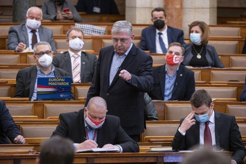 Parádé a parlamentben – Az ellenzéki képviselők felszólalásaira egyöntetű a kormány válasza: Gyurcsány