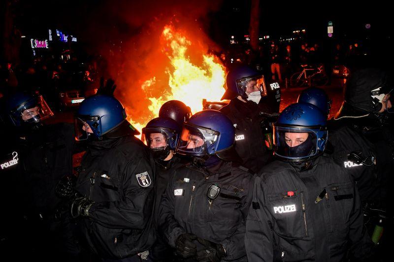 Elfajult Berlinben a május elseje, 240 embert vettek őrizetbe az esti összecsapások kapcsán