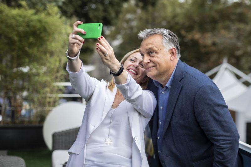"""Orbán Viktorhoz fűződik egyik """"legmeghatóbb"""" politikai emléke az Olasz Testvérek elnökének"""