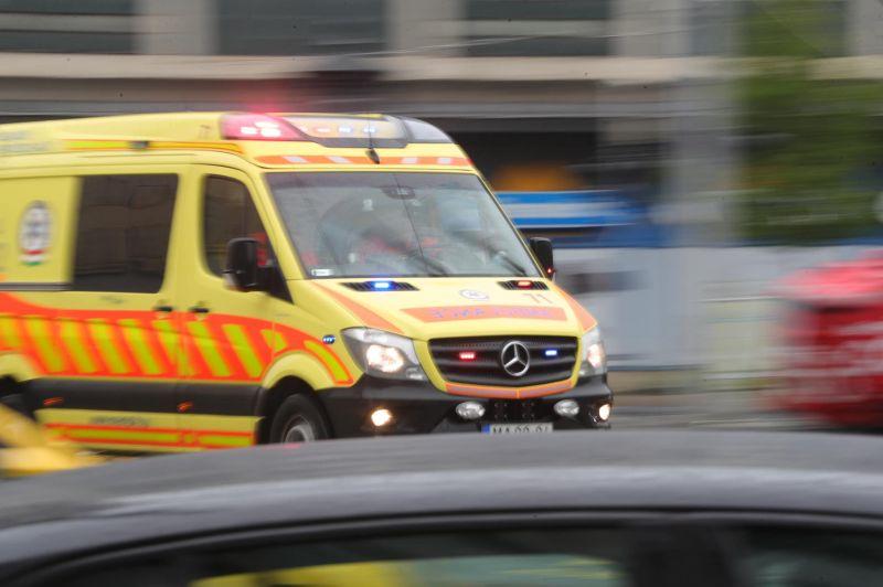 A mentők 155 ezer fertőzöttet szállítottak kórházba a járvány egy éve alatt