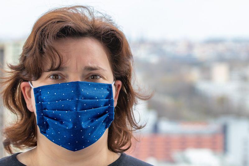 Romániában már nem kell kültéren maszkot hordani