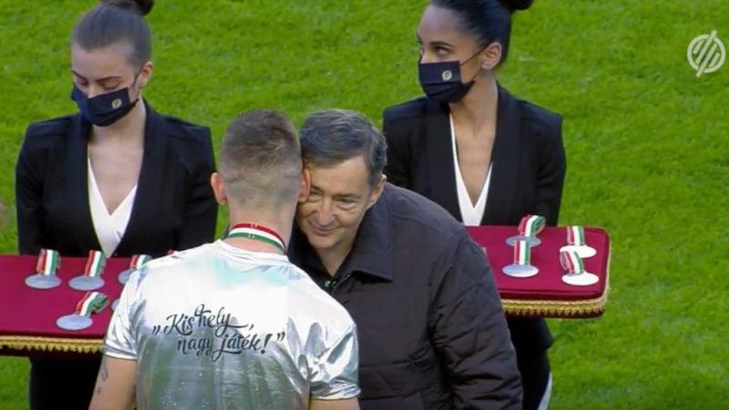 Mészáros Lőrinctől kapott puszi is járt a történelmi ezüstérem mellé – így ünnepeltek Felcsúton a kiütéses győzelem után – videó