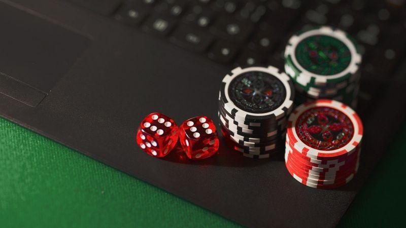 Öt év börtönt kapott egy szerencsejáték-függő banki pénztáros