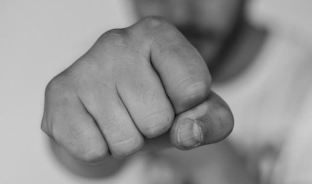 Brutális kínzás, életveszélyes verés a VII. kerületben egy volt barátnő miatt