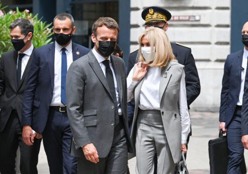 Lekevert egy pofont valaki Emmanuel Macronnak – videó
