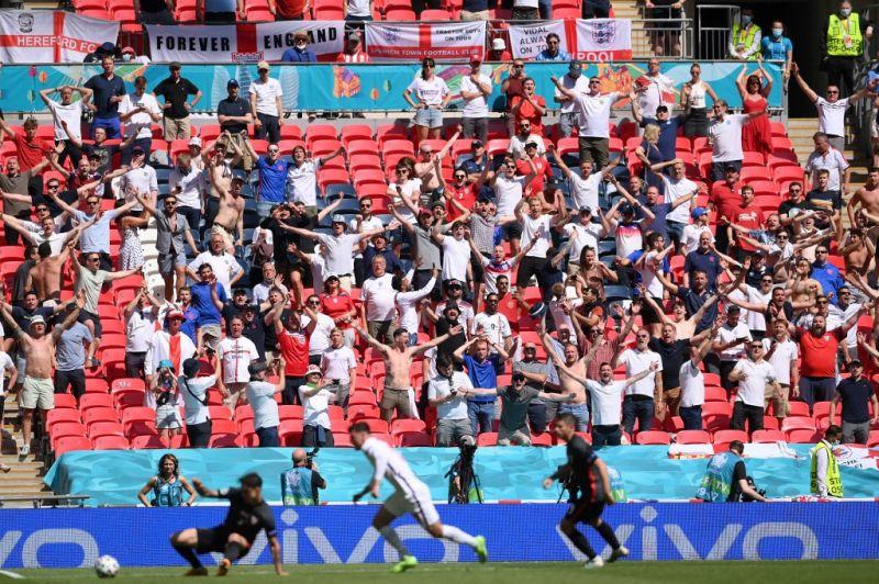 Szörnyű! Lezuhant egy néző a Wembley stadion lelátójáról