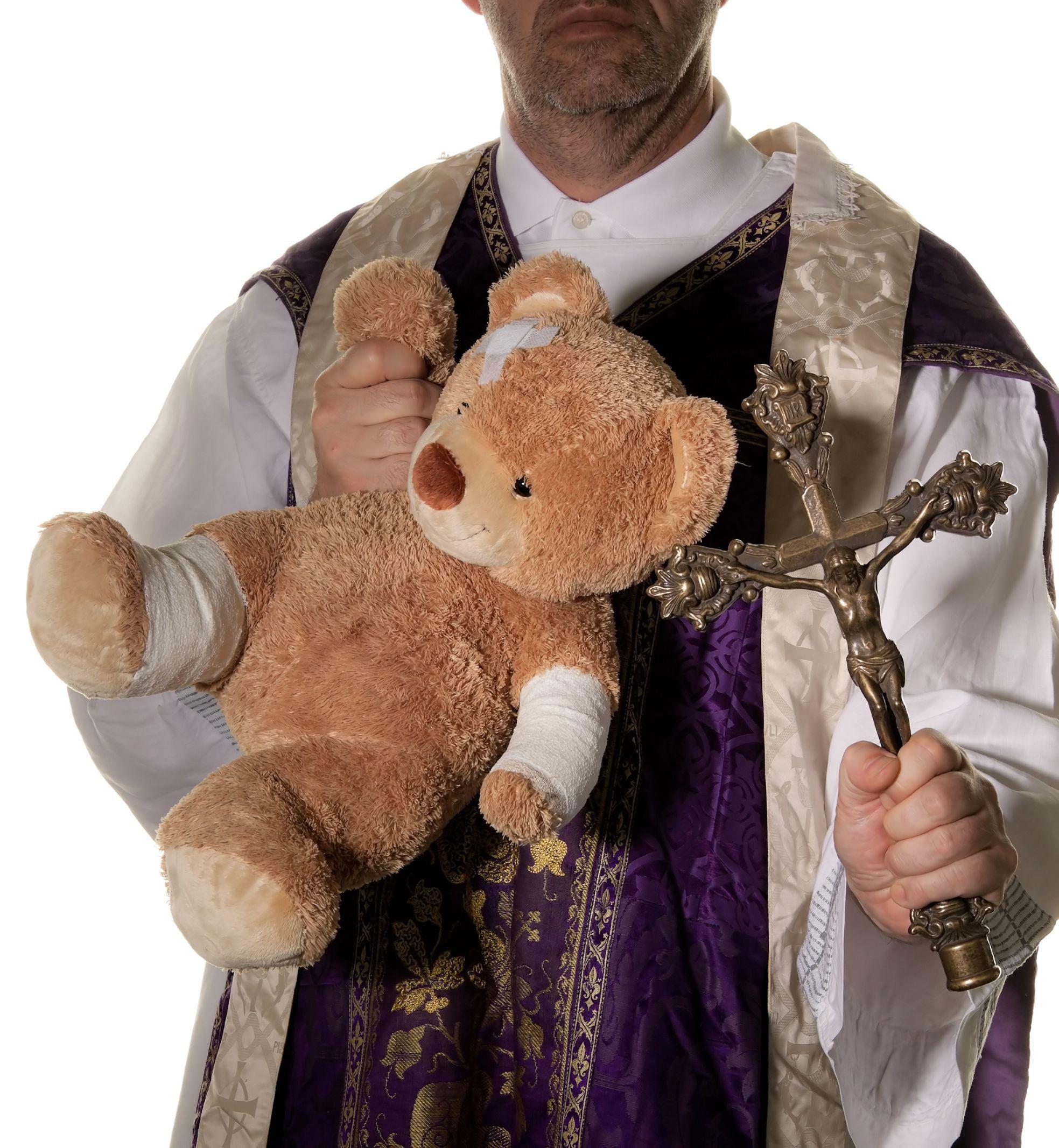 Dagad a gyermekmolesztálási-ügy Lengyelországban, közel 400 pap érintett