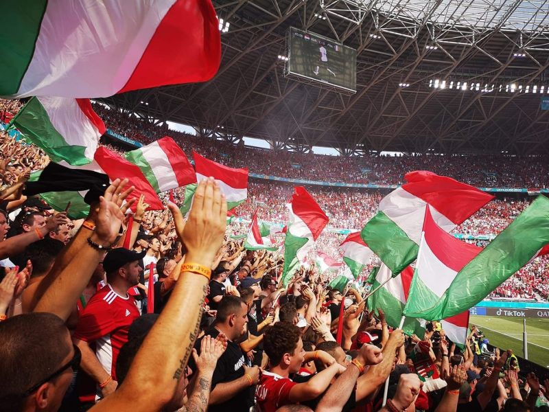 """""""Csak az hozzon magával zászlót, aki meg is tudja védeni!"""" – szinte Müller Cecíliát idéző magaslatokban a magyar ultrák"""