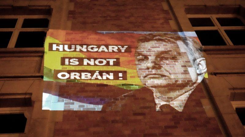 """""""Hungary is not Orbán!"""" – A DK gerillaakciót indított a Fidesz brüsszeli pártirodája ellen"""