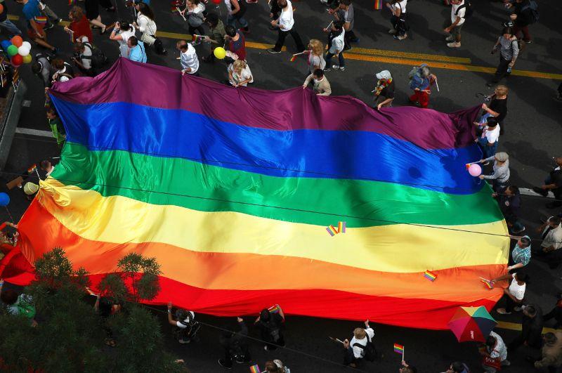 Hiába minden, homofóbiával átitatott lesz a pedofil-törvény – ezután csak 18-as karikával lehet vetíteni a Jóbarátokat vagy a Harry Pottert is