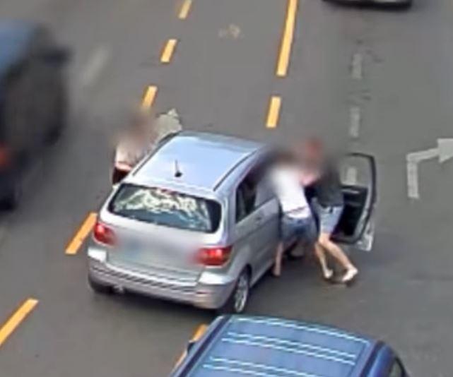 Nem a teljes vételárat kapta meg, ezért kipofozta az utasokat a Mercedesből a Kálvin téren és visszavette a kocsit – videó