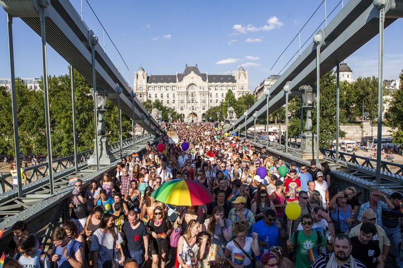 Hétfőn a Parlament előtt tüntetnek a pedofíliát a homoszexualitássalösszemosni akarótörvénytervezet ellen