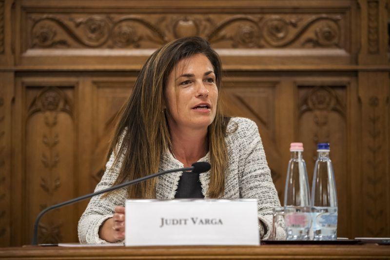 Varga Judit nem térdel le holland kormányfőnek