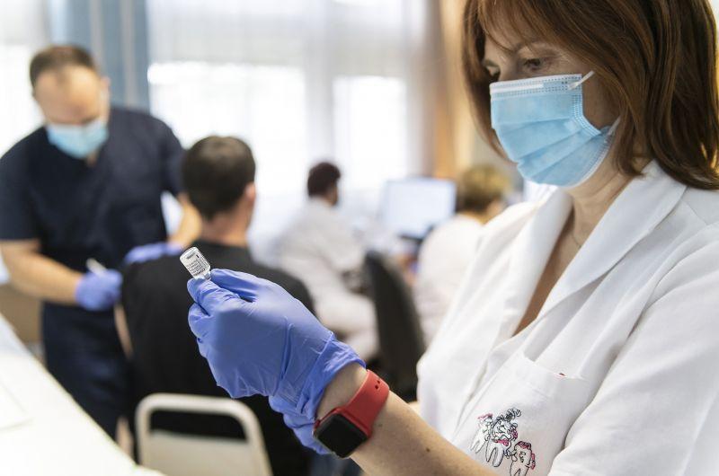 Az egészségügyi dolgozók előrehozott béremelést kértek, a kormány beintett nekik