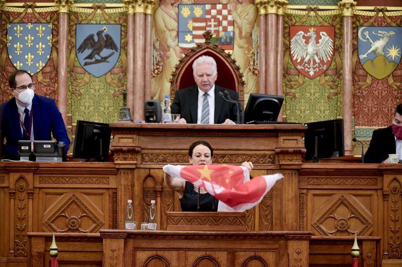 """""""Nem a melegek veszélyesek a gyerekekre, hanem maguk"""" – Balhéval indult a tavaszi időszak utolsó parlamenti ülése"""