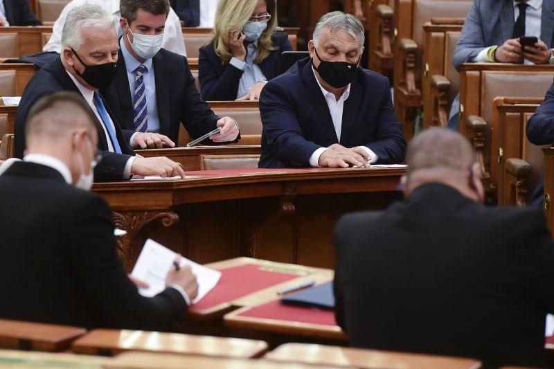 Az Európai Bizottság vizsgálja a fideszes vastaps közepette kedden elfogadott magyar homofóbtörvényt