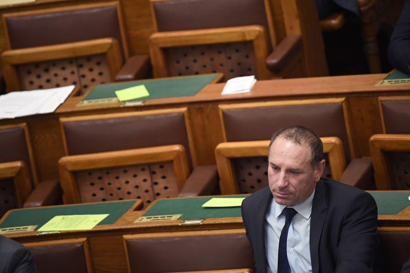 A fideszes képviselő asszisztense szerint természetes, hogy pártja vállalkozásokat hozott helyzetbe