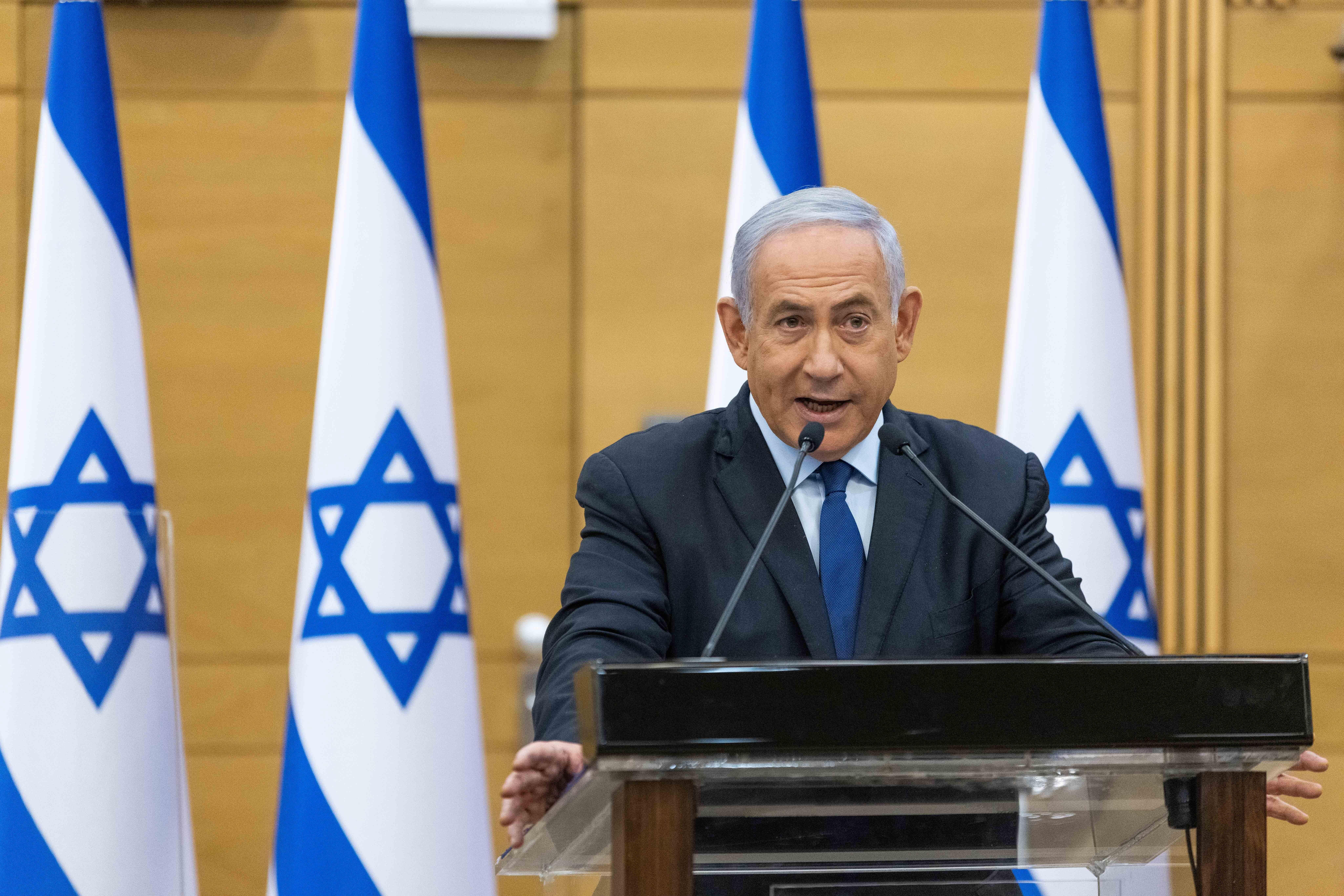 A nap videója: Netanjahu reflexből a miniszterelnöki székbe ült, ekkor emlékeztették, hogy leváltották