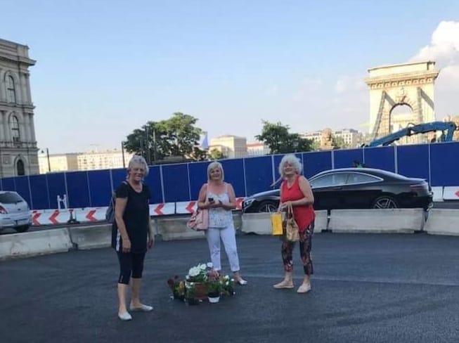 Komoly akcióba kezdett három fideszes nő a Clark Ádám téren