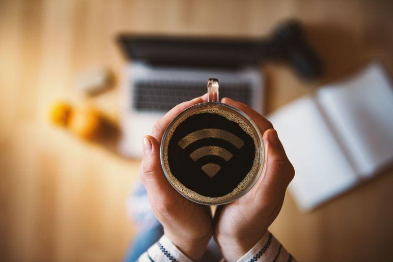 Segítség a járvány után: vendéglátóhelyek, panziók pályázhatnak wifi kiépítésére