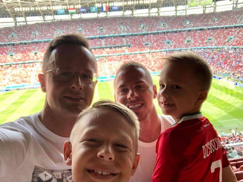 Kézről kézre adják Dzsudzsák Balázst Orbánék – most Szijjártóval és gyermekeivel pózol