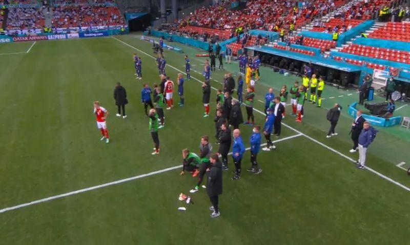 Borzalom az Eb-n: meccs közben esett össze a dán játékos, a pályán küzdöttek az életéért
