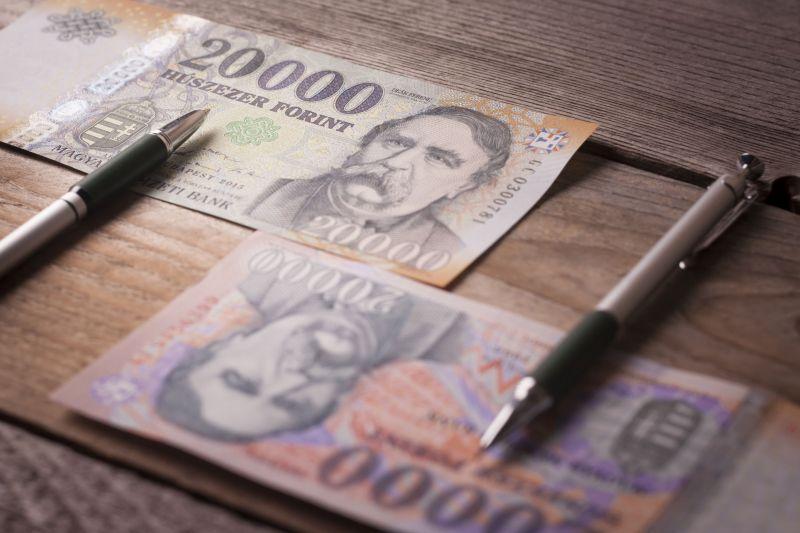 10 év után kamatot emelt az MNB, gyengült a forint a döntés után