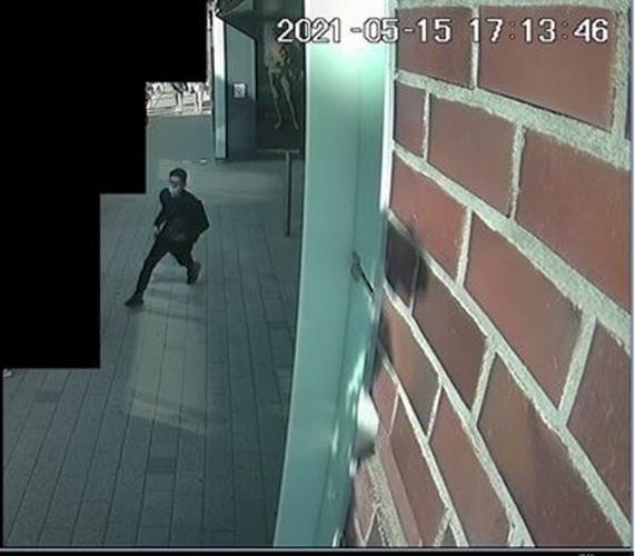 Laptopot lopott a képen látható férfi, a rendőrség keresi
