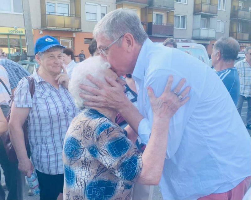 """""""Orbán Viktor ezt nézd meg ilyen egy EMBER"""" – imádják a rajongók Gyurcsány új képét amin homlokon csókolt egy nénit"""