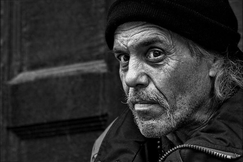 Azért hurcolták meg, mert hajléktalanoknak osztott zsíros kenyeret