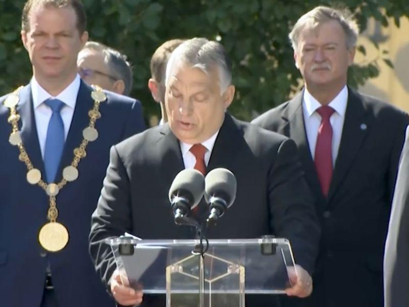 """""""A koronát nem tudtad ellopni?"""" – Orbán tiszteket avatott, nekiestek a Facebookon"""