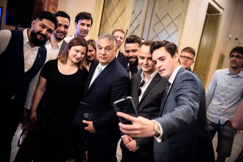 """""""30 éve lehet állami pénzeket rabolni, fosztogatni"""" – nekiestek Orbánnak a kommentelők"""