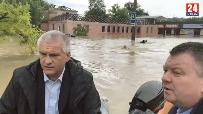 Elképesztő felvételek: úszva követték az emberei Krím kormányzóját a víz alatt álló városban