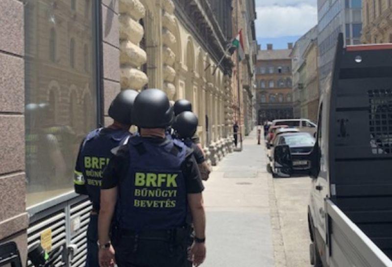Fegyverrel fenyegetőzött Budapest belvárosában – a TEK törte rá az ajtót a férfira