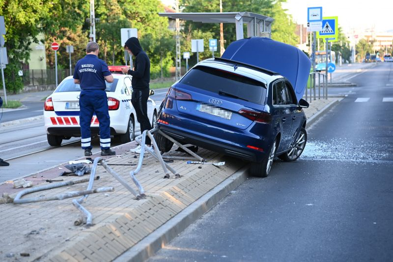 Villamosmegállót tarolt egy autós és egy villamos is kisiklott a XIX. kerületben