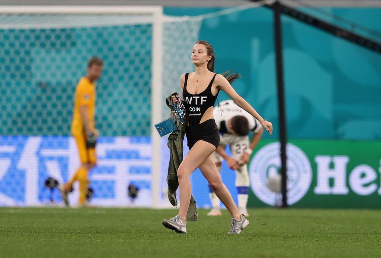 Fürdőruhás orosz nő okozott nem kis feltűnést a Belgium–Finnország meccsen