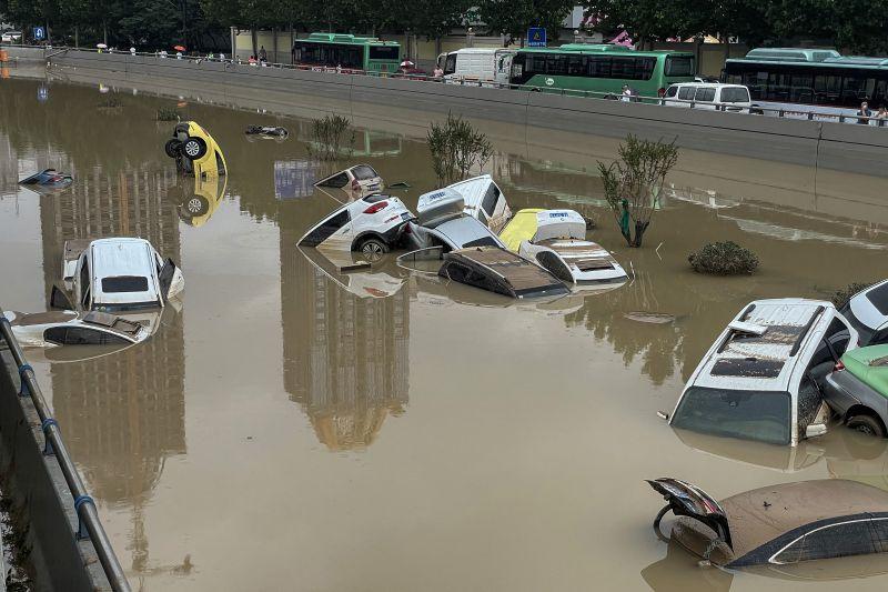 Több száz embert kellett evakuálni Kína egyik tartományból – legalább 18 áldozat van