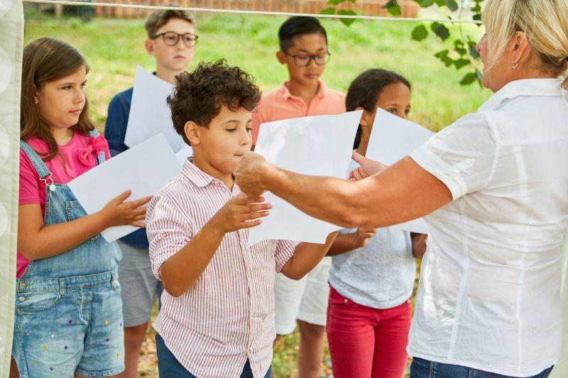 Megalázó! CBA utalványért kénytelenek a tanárok iskolai táborozatást vállalni