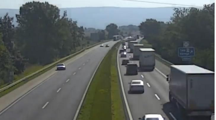 Életveszélyes: forgalommal szemben tolatott az M1-esen – Elképesztő, hogy mi volt az indoka – videó