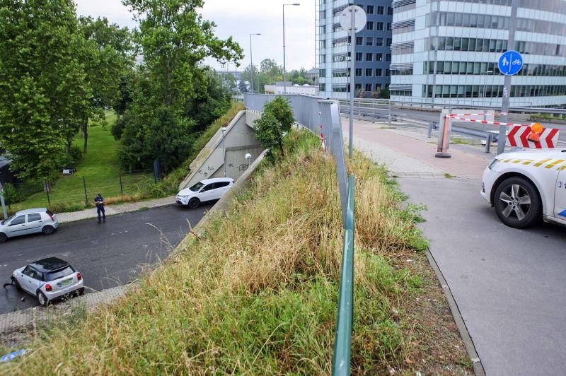 Leesett egy autó az Árpád hídról vasárnap reggel