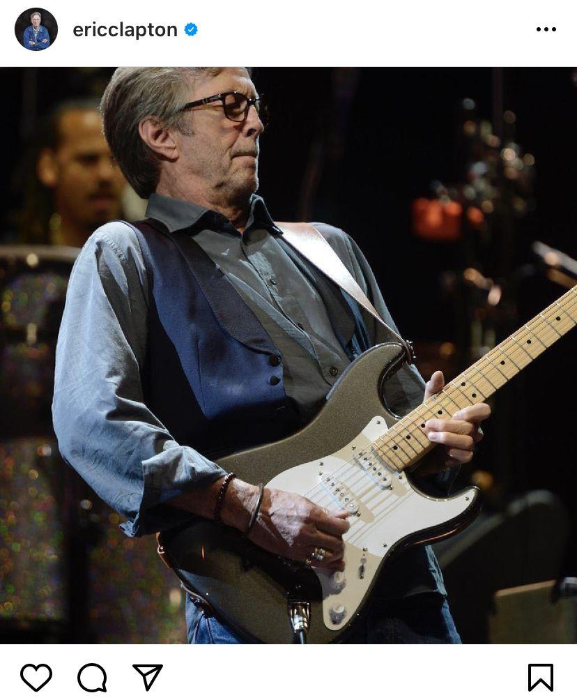 Eric Clapton úgy áll ki a közönség mellett, hogy nem áll ki