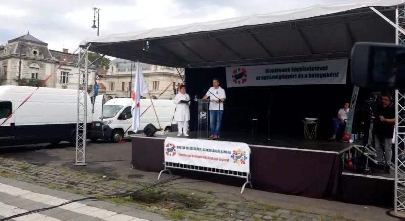 """""""2021 óta alkotmányos válság van Magyarországon"""" – oltásellenesek jelentek meg az egészségügyisek tüntetésén"""