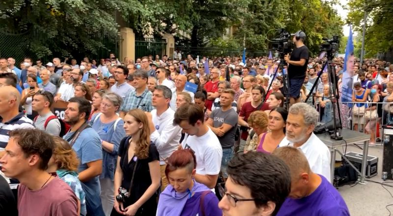 Nagy tömeg gyűlt össze a Fidesz székházánál, a kormány lemondását követelték