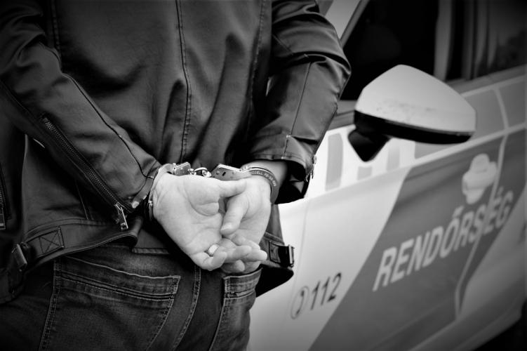Részegen, jogsi nélkül vezetett, a rendőrök lekapcsolták