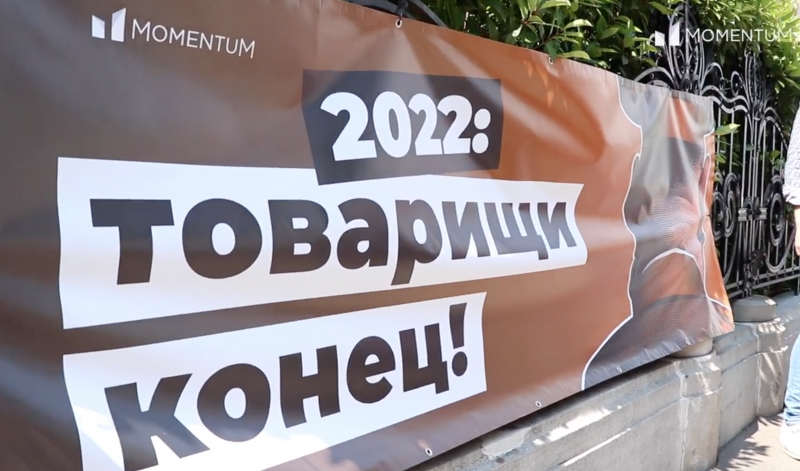 """""""Elvtársak, vége"""" – molinóval üzentek a kormánynak a Fidesz székházánál"""